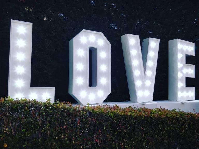 scritta love luminosa