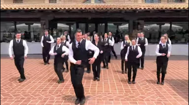 camerieri tenuta scozzari danza
